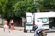 En medio de una asonada una menor de edad resultó herida por un policía en Santander