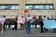 Con plantón, comunidad pide revocar a comisario que golpeó a una mujer en Bucaramanga.