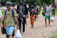 Migrantes pasan por la selva del Darién hacia Panamá