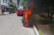La comunidad incendia las motocicletas