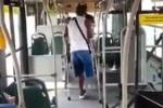 Bus y usuario atacados por un hombre