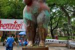Manifestantes pintaron la 'Gorda' de Botero ubicada en un parque de Bucaramanga