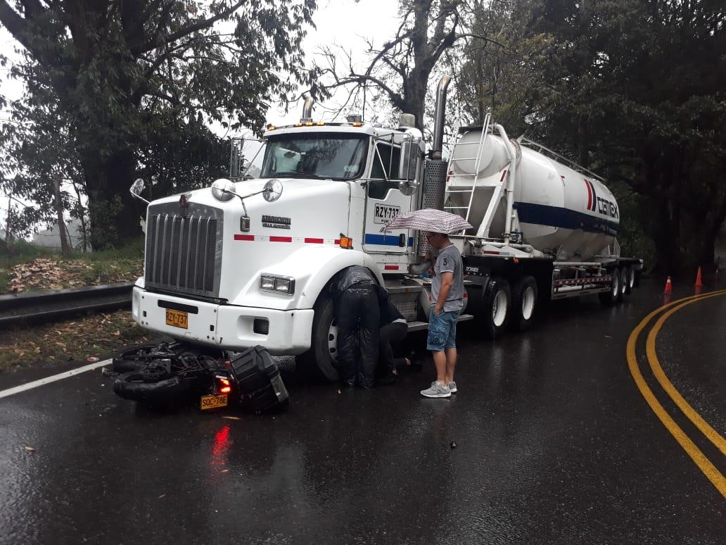 Motociclista quedó debajo de una Mula en la vía Calarcá alto de la Línea - Alerta Tolima