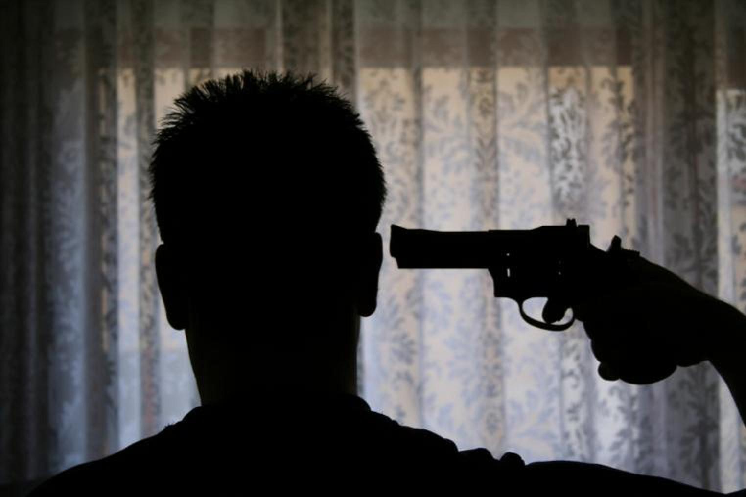 Парень с пистолетом у виска картинки
