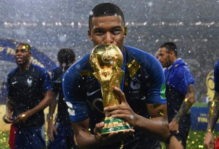 El delantero de Francia, Kylian Mbappe, besa el trofeo de la Copa del Mundo luego de ganar el último partido de fútbol de la Copa del Mundo Rusia 2018 entre Francia y Croacia en el Estadio Luzhniki en Moscú el 15 de julio de 2018.