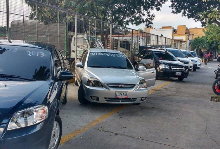 Vehículos venezolanos que están en la zona de frontera