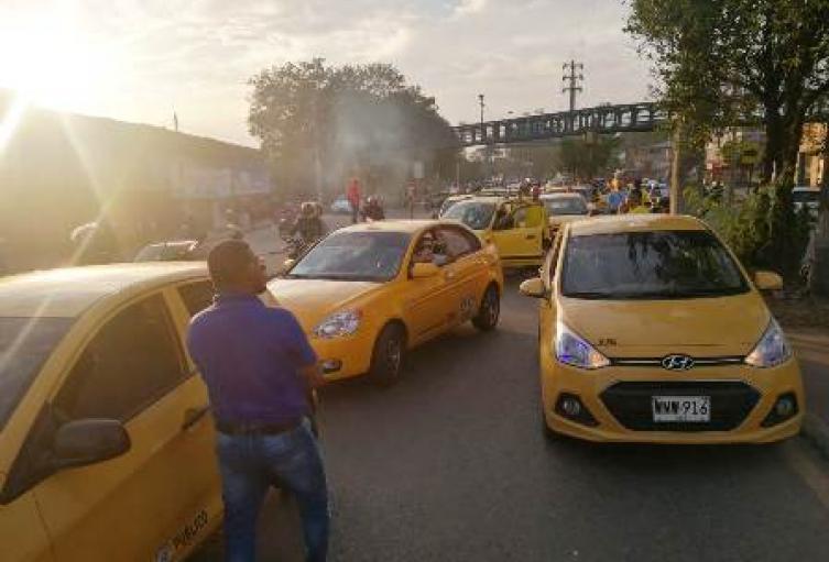 Taxistas bloquean vías de Cali.