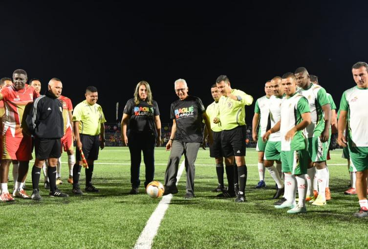 """Con la visita del """"Pibe"""" Valderrama, fue habilitado el estadio alterno de fútbol"""