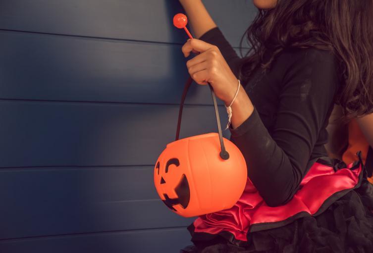 Una niña pide dulces en la noche de Halloween