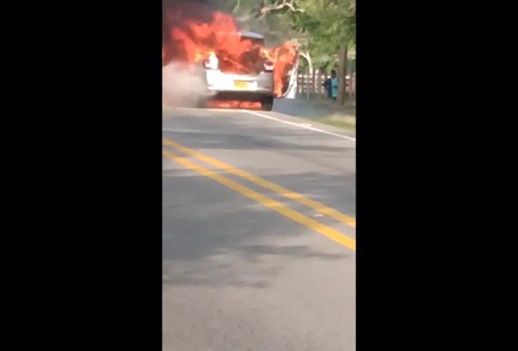 Vehículo se incineró en la vía Alvarado - Ibagué