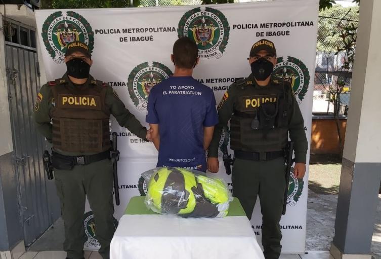 Capturado con prendas de la Policía