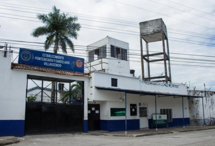 900 contagiados con la COVID-19 dentro del centro penitenciario .