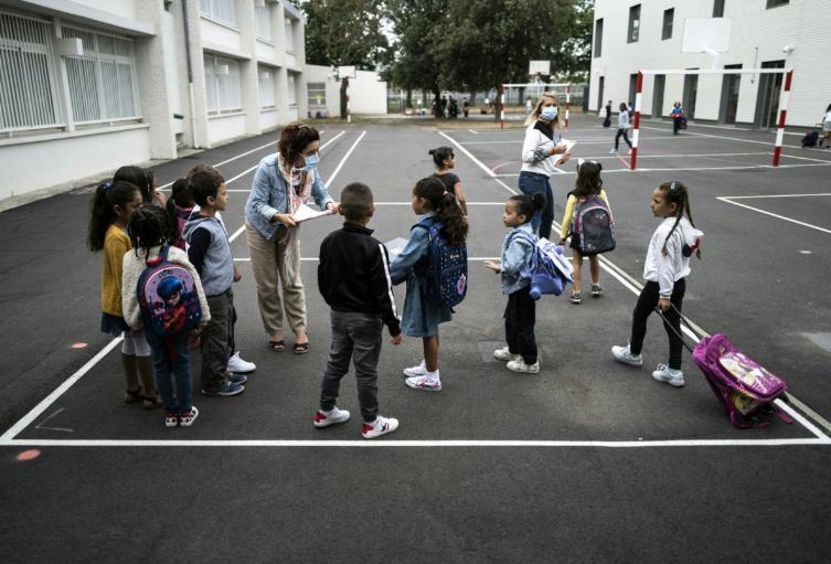 Regreso de niños a colegios en Francia