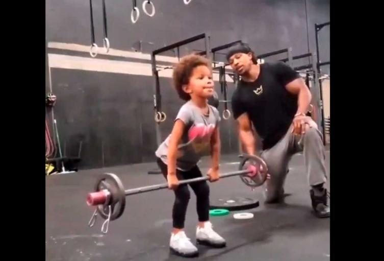 Niña levanta pesas