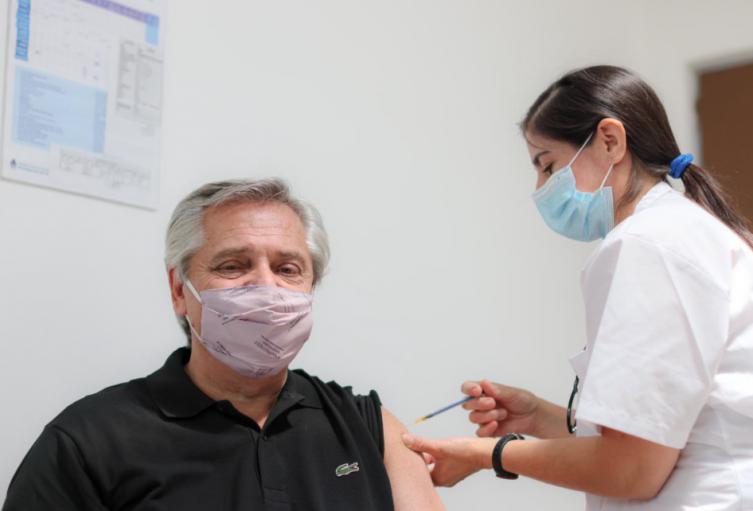 Presidente de Argentina Alberto Fernández recibe vacuna rusa Sputnik V