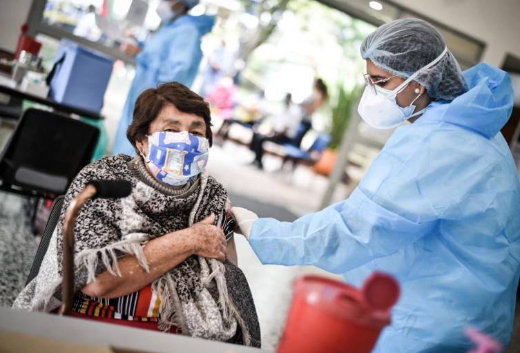Vacunación COVID-19 a adultos mayores.