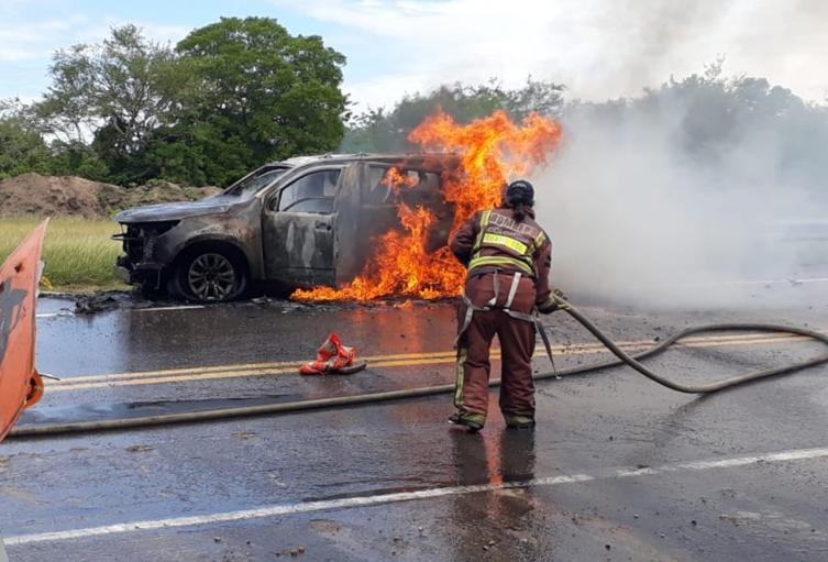 Se incendió camioneta de la Unidad Nacional de Protección en vías del Tolima