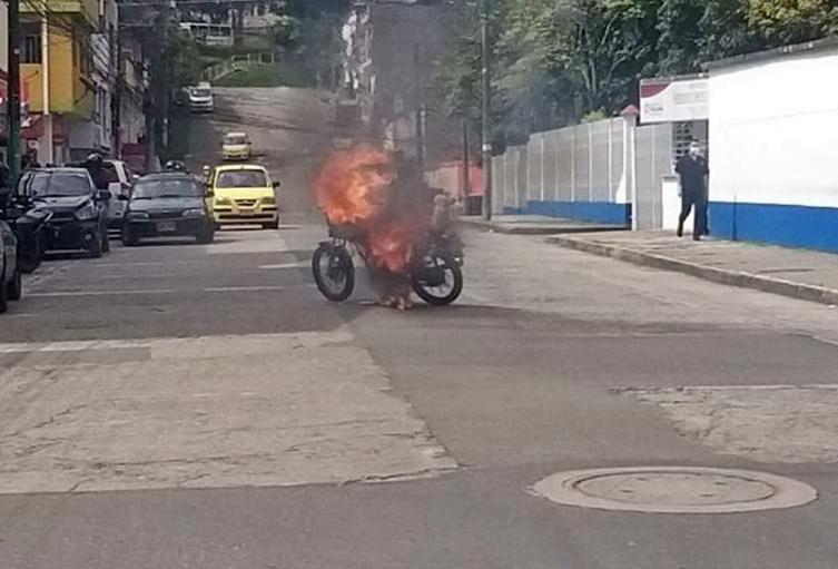 Se robó un celular en La Francia y le quemaron la moto frente al hospital Federico Lleras