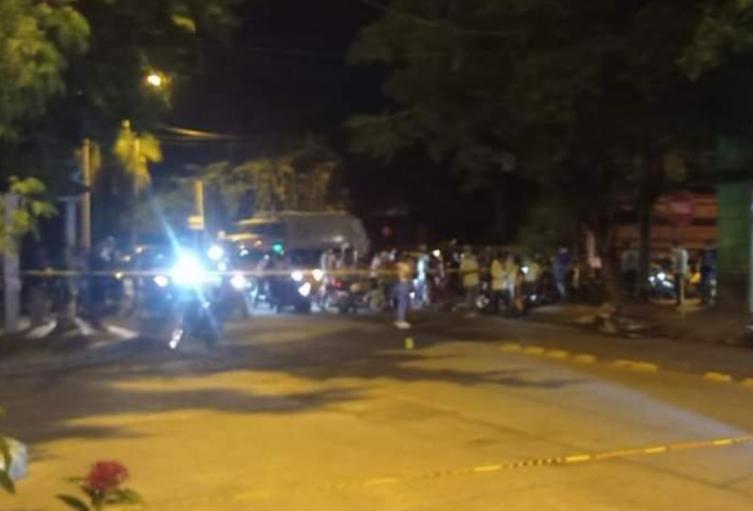 Una pareja de hermanos fue baleada cerca de una compra – venta de motos