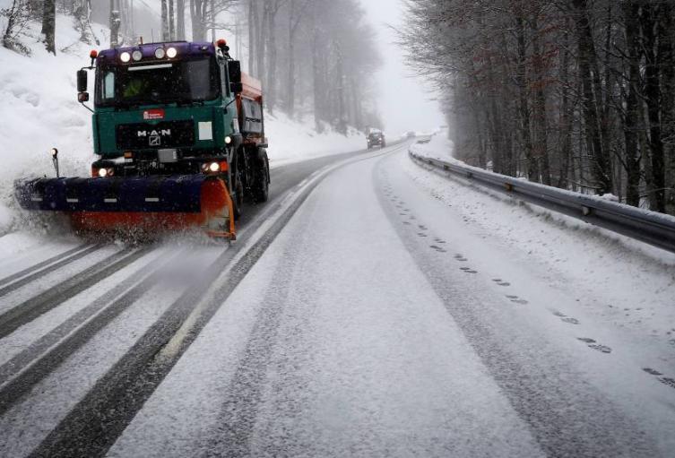 68-carreteras-cortadas-por-nieve-y-hielo-entre-ellas-la-a-6-galicia-y-la-a-67-palencia.jpg