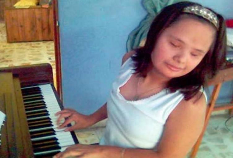 Joven-invidente-y-con-síndrome-de-Down-sorprende-al-mundo-con-el-piano.jpg