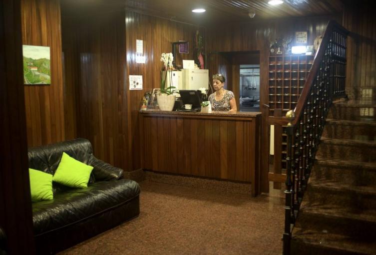 recepcion-hotel-sindika-muebles-rusticos-modernos-sala-en-ingles-espanol-madera-baratos-xela-para-banos-bano-blanco-y-1043x694.jpg