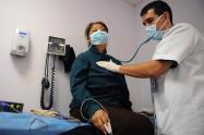Una serie de exámenes de laboratorio confirmaron luego que el nuevo virus era la causa de la enfermedad de esta persona.