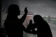 Un fiscal lo investiga por supuestamente someter a toda clase de maltratos físicos y verbales a su pareja de 15 años y a la madre de ella