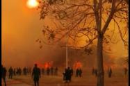 Los estudiantes tuvieron que tomar mangueras y palas para apagar este incendio