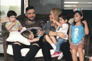 Jessi Uribe, Sandra Barrios y sus cuatro hijos
