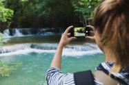 Una joven tomando fotografías de su viaje - Viajes - Turismo