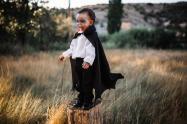 Un niño disfrazado de Dracula en Halloween