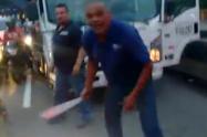 Con machete en mano, el conductor de un camión arremetió contra un motociclista en Medellín