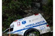 La ambulancia quedó sobre el lecho de una quebrada.