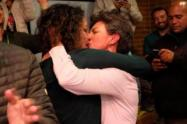 Claudia López y Angélica Lozano se besan el día de la victoria en las elecciones en Bogotá