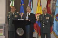 Ministro de Defensa, Carlos Holmes Trujillo, junto a los comandantes de las FF.MM. y del Ejército.