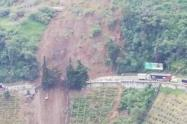 Se pudo conocer que tras los deslizamientos, colapsaron unas obras que se están adelantando en el sector de la Línea