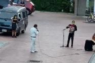 Músicos de Ibagué llegan hasta los conjuntos residenciales a pedir ayuda