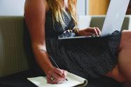 Mujer con computador estudiando