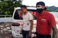 Personal de ambulancias 911 nuevamente lograron persuadir y 'agarrar' al hombre que señaló que nada le estaba saliendo bien.
