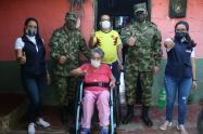 Abuelitos recibieron sillas de ruedas en Chaparral