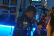 Retiraron del servicio al policía que fue grabado bailando en un bar de Medellín
