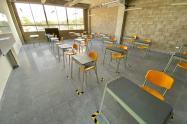 Salón en un colegio para iniciar clases con alternancia