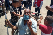 Hermanos llevan a su abuelo a vacunarse
