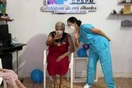 Mujer de más de cien años es la primera adulta mayor vacunada
