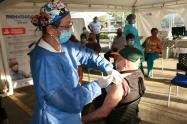 ESE Carmen Emilia Ospina aplica vacuna a los  adultos mayores de 65 años