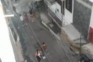 [Video] Niñas de Medellín se citan por internet para agredirse, la policía las sorprendió en el toque de queda