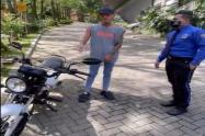 Liendra regala moto a celador de su conjunto
