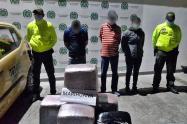 Cayeron tres personas con 34 kilogramos en 'narcotaxi' sobre el puente de la Variante en Ibagué