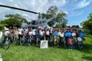 CACOM-4 y 'Pazicletas' llevan alegría y esperanza, sobre ruedas, a los niños de Icononzo.